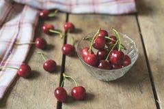 Cerejas frescas no fundo de madeira velho, rústico Imagem de Stock Royalty Free