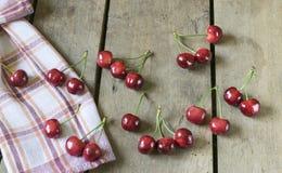 Cerejas frescas no fundo de madeira velho, rústico Fotos de Stock