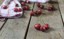 Cerejas frescas no fundo de madeira velho, rústico Imagem de Stock