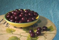 Cerejas maduras em uma bacia Fotos de Stock Royalty Free