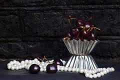 Cerejas maduras em uma cesta em um fundo escuro imagens de stock