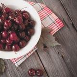 Cerejas maduras frescas em uma placa de madeira escura Tonificação no vintage Imagem de Stock Royalty Free