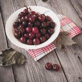 Cerejas maduras frescas em uma placa de madeira escura Tonificação no vintage Fotografia de Stock Royalty Free