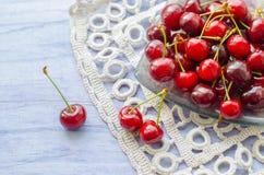 Cerejas maduras frescas na tabela de madeira Imagem de Stock