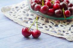 Cerejas maduras frescas na tabela de madeira Imagens de Stock Royalty Free