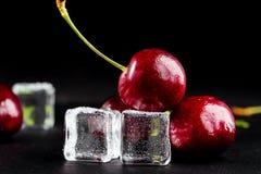 Cerejas maduras frescas para o fundo - imagem foto de stock