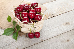 Cerejas maduras na tabela de madeira Fotografia de Stock Royalty Free