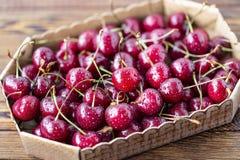 Cerejas maduras vermelhas, cerejas vermelhas na tabela de madeira, fundo de madeira marrom Imagens de Stock Royalty Free