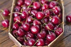 Cerejas maduras vermelhas, cerejas vermelhas na tabela de madeira, fundo de madeira marrom Imagens de Stock