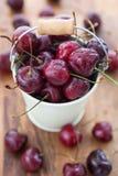 Cerejas molhadas frescas em uma cubeta branca Imagem de Stock