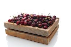 Cerejas na caixa de madeira Imagens de Stock
