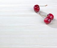 Cerejas na tabela Foto de Stock