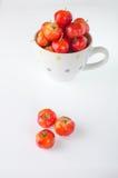 Cerejas no copo no branco Fotografia de Stock Royalty Free