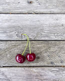 Cerejas no fundo de madeira Baga vermelha a bordo da textura Foto de Stock Royalty Free