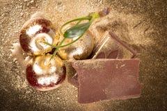 Cerejas no fundo do ouro Fotografia de Stock Royalty Free