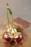 Cerejas no fundo do ouro Foto de Stock Royalty Free