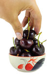 Cerejas pretas em uns copos em um fundo branco Imagem de Stock