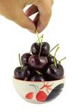 Cerejas pretas em uns copos em um fundo branco Imagem de Stock Royalty Free