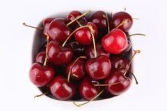 Cerejas saborosos frescas na bacia Imagens de Stock Royalty Free