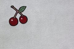 Cerejas vermelhas brilhantes pintadas na parede branca fotografia de stock