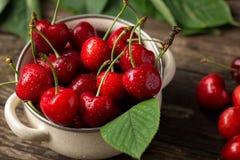 Cerejas vermelhas, cerejas na tabela, bacia com cerejas, recentemente PIC foto de stock royalty free