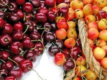Cerejas vermelhas e amarelas imagens de stock