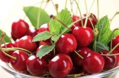 Cerejas vermelhas frescas foto de stock