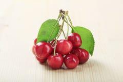 Cerejas vermelhas frescas imagens de stock royalty free