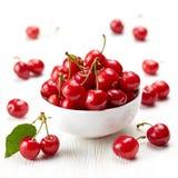 Cerejas vermelhas frescas fotografia de stock royalty free