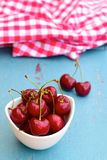 Cerejas vermelhas maduras frescas Foto de Stock