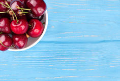 Cerejas vermelhas na bacia imagens de stock royalty free