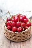 Cerejas vermelhas no fundo de madeira Imagem de Stock Royalty Free
