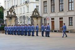 Ceremoni av att ändra vakterna i Prague Royaltyfri Bild