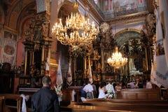 Ceremoni av bröllop i härlig katolsk kyrka Royaltyfri Fotografi