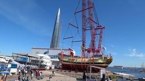 Ceremoni av lansering av en kopia av det forntida ryska skeppet av tsar Peter I Poltava i historisk skeppsvarv arkivfilmer
