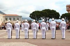 Ceremoni av vakten som ändrar nära slotten för prins` s, Monaco Royaltyfri Bild
