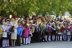 1 ceremoni blommar elever september En högtidlig linjal av elever i skolgården Arkivfoton