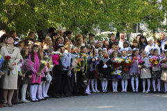 1 ceremoni blommar elever september En högtidlig linjal av elever i skolgården Royaltyfria Bilder