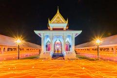 Ceremoni för den Makhabucha buddismstearinljuset, går med tända stearinljus I Arkivfoto