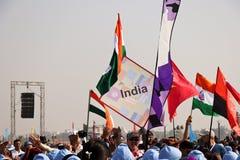 Ceremoni för marsch för deltagarelandsflagga opning på den 29th internationella drakefestivalen 2018 - Indien Arkivbild