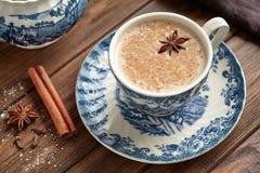 Ceremoni för teatime för Masala techai latte mjölkar söt traditionell varm indisk med kryddor Royaltyfri Fotografi