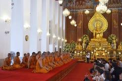 Ceremoni på Wat Chana Songkhram Ratchaworamahawihan i Bangkok arkivfoton