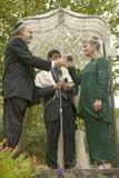 Ceremonia de boda debajo de un toldo con el rabino, la novia y el novio en una boda judía tradicional en Ojai, CA Foto de archivo