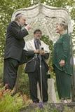 Ceremonia de boda debajo de un toldo con el rabino, la novia y el novio en una boda judía tradicional en Ojai, CA Fotos de archivo