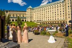 Ceremonia de boda en el castillo francés Lake Louise de Fairmont en canadiense Rocky Mountains fotografía de archivo