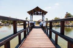 Ceremonia de boda en el parque con el río el día soleado Imagen de archivo