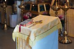Ceremonia de boda en iglesia antigua Foto de archivo libre de regalías