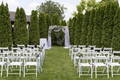 Ceremonia de boda en un césped debajo del cielo abierto Fotografía de archivo