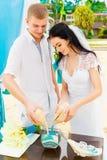 Ceremonia de boda en una playa tropical en azul Ceremonia de la arena hap Imagen de archivo libre de regalías