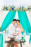 Ceremonia de boda en una playa tropical en azul Ceremonia de la arena hap Imagenes de archivo